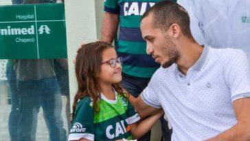 Neto é recepcionado na saída do hospital (Foto: Tarla Wolski/Futura Press/Estadão Conteúdo)