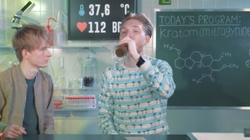 Youtuber consome Kratom durante o episódio (Foto: reprodução/ Youtube)