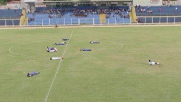 Atletas permaneceram deitados para evitar ataques das abelhas (Foto: Reprodução/ TV TEM)