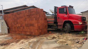 caminhão de tijolos